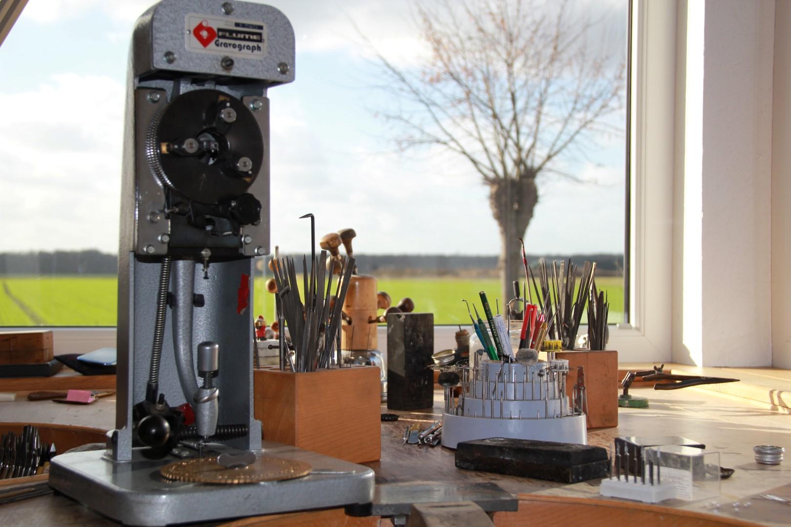 Mit der Graviermaschine wird die Innengravur über eine Schablohne manuell eingraviert.
