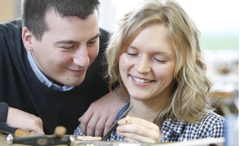 Verlobte Paare können in der Goldschmiede ihre Eheringe nahezu komplett selbst schmieden.