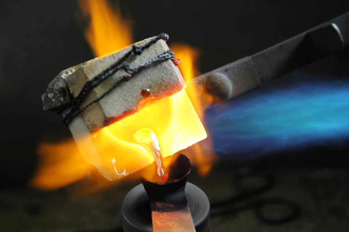Das flüssige Material wird zum fugenlosen – endlosen – Ring gegossen.